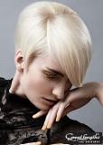 Slušivý krátký blond účes s patkou