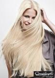 Klasicky rovný blond účes z dlouhých vlasů
