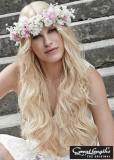Romantický blond účes ozdobený věncem