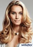 Jemně zvlněný blond účes z dlouhých vlasů