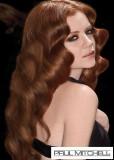 Elegantně vlnitý zrzavý účes z dlouhých vlasů
