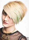 Krátký blond střih na stranu s melírem