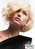 Jemně zvlněné objemné blond mikádo s ofinou