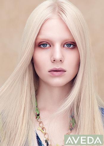 Klasický blond rovný střih s pěšinou uprostřed
