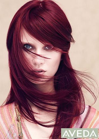 Zářivý rovný účes z dlouhých vlasů s ofinou na stranu