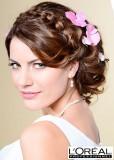 Romantický účes se spletenou čelenkou z vlasů s kvítky