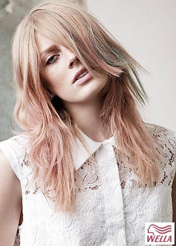 Zvlněný účes z blond vlasů s růžovým nádechem