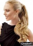 Lehce zvlněný culík z blond vlasů s objemem