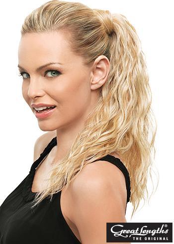 Objemný zvlněný culík z blond vlasů