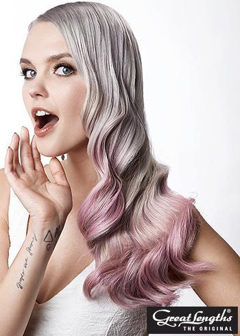 Lehce růžové ombre na šedých dlouhých vlnitých vlasech