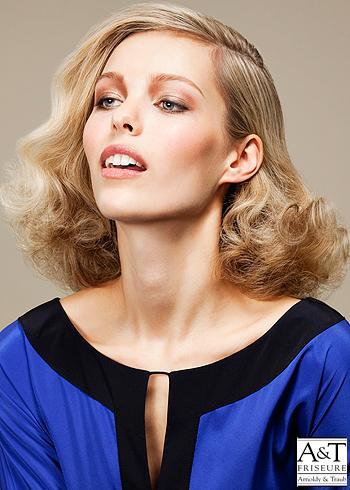 Zčesaný blond zvlněný účes na stranu