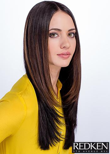 Rovný sestříhaný účes z dlouhých tmavých vlasů