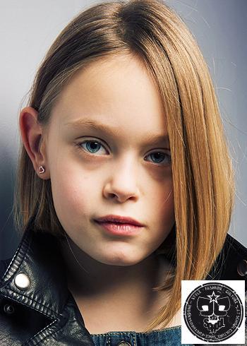 Rovný polodlouhý účes z hnědých vlasů