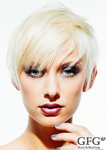 Krátký střih z blond vlasů v hladkém stylu