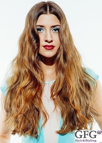 Jemně zvlněný bohatý účes z dlouhých vlasů
