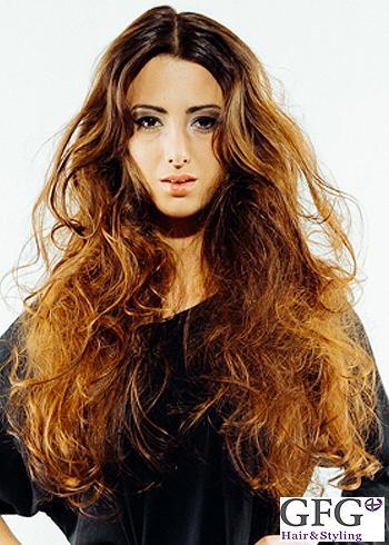 Objemný účes z dlouhých hnědých vlasů