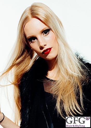 Rovný dlouhý blond účes s pěšinou uprostřed