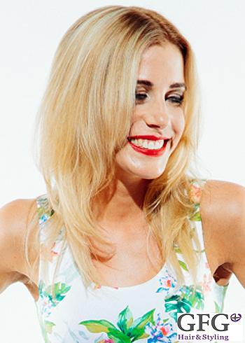 Delší blond sestříhaný účes bez ofiny