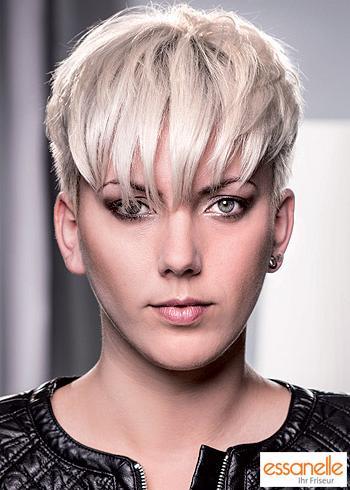Krátký střih z blond vlasů s rovnou ofinou přes oči