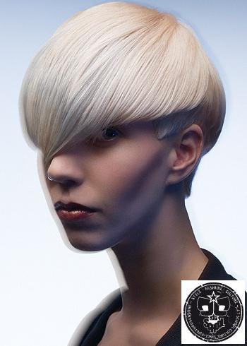 Krátký účes z blond vlasů zčesaný na stranu