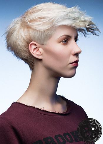 Krátký mladistvý střih z blond vlasů s ofinou