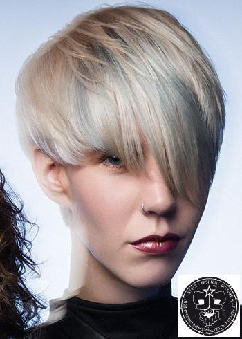 Krátký blond střih s ofinou a melírem