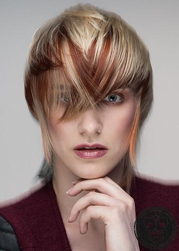 Výrazný blond účes s červeným melírem
