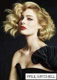 Polodlouhý kudrnatý blond účes do společnosti