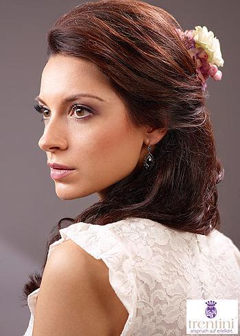 Vyčesaný účes s rozpuštěnými vlasy s květinou