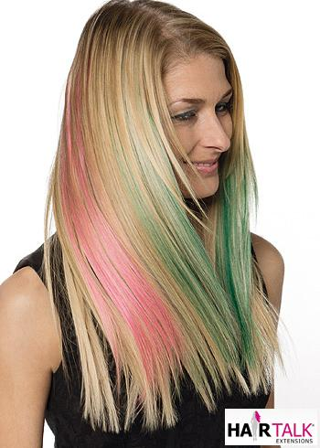 Dlouhé blond vlasy se světle růžovým a zeleným melírem
