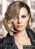 Polodlouhý účes s jemně zvlněnými vlasy ve střední blond barvě