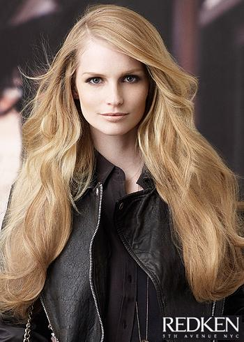 Dlouhé rozevláté vlasy s jemnými vlnami