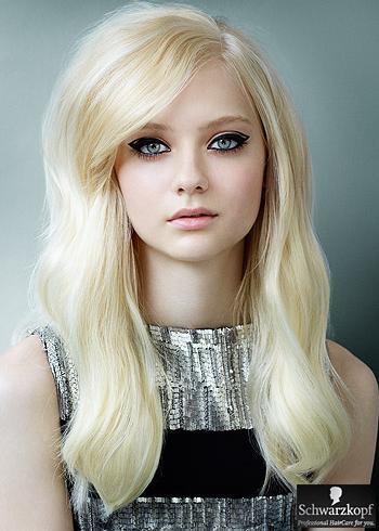 Objemný blond účes s pěšinou na bok