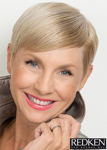 Uhlazený krátký blond účes s ofinou na stranu