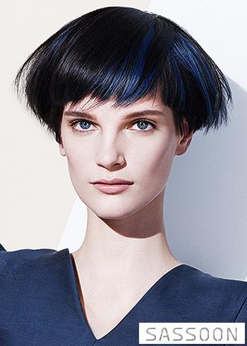 Krátké černé vlasy s modrým melírem v ofině