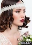 Kudrliny na konečkách vlasů s krajkovou čelenkou přes čelo