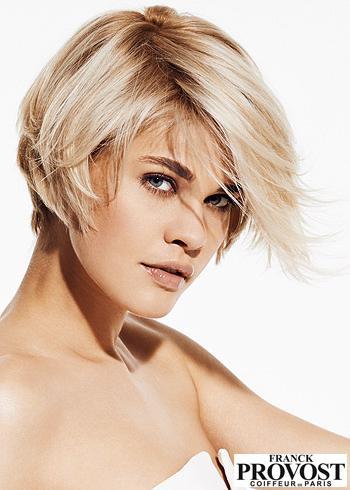 Krátký blond střih s pěšinou na stranu