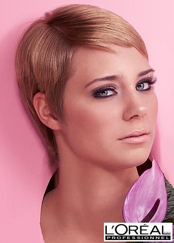 Krátký uhlazený účes v přírodním blond odstínu