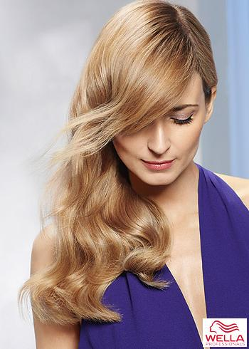 Dlouhé blond vlasy s vlnkami a ofinou na stranu