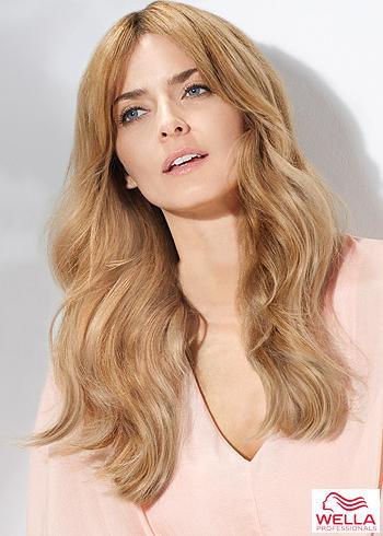 Dlouhé blond vlasy s lehkým zvlněním a pěšinou uprostřed