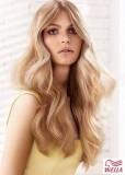 Objemný blond účes s vlnkami