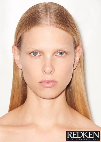 Dlouhé blond vlasy hozené dozadu s pěšinou vprostřed