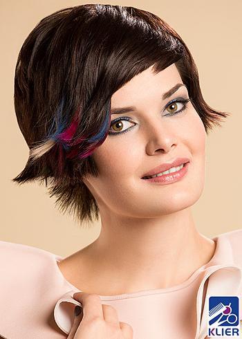 Krátký střih s vícebarevnými melíry na černých vlasech