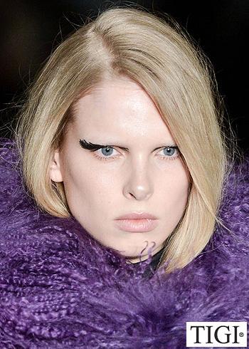 Polodlouhý blond účes s pěšinou na stranu