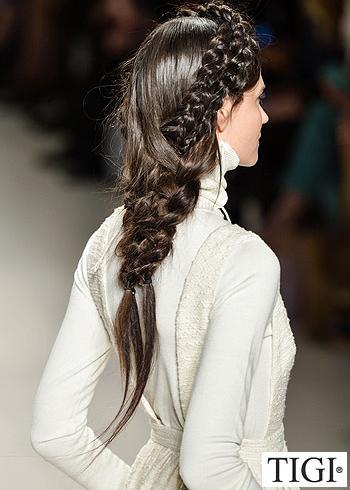 Společenský zapletený účes z dlouhých vlasů