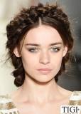 Romantický zapletený účes z tmavě hnědých vlasů