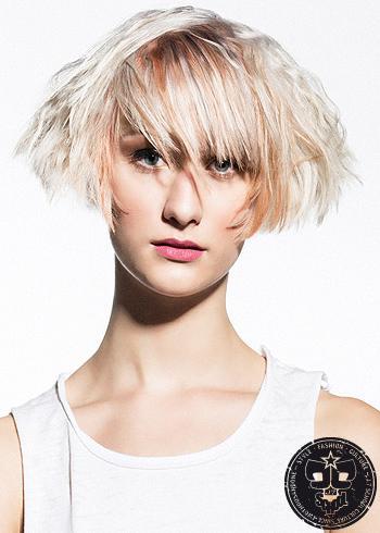 Krátký rozevlátý blond účes s ofinou a melírem