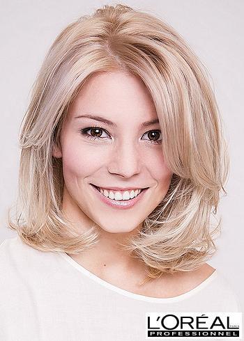 Objemné mikádo z blond vlasů s pěšinou uprostřed