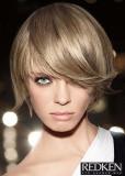 Krátký rovný účes ve středním blond odstínu