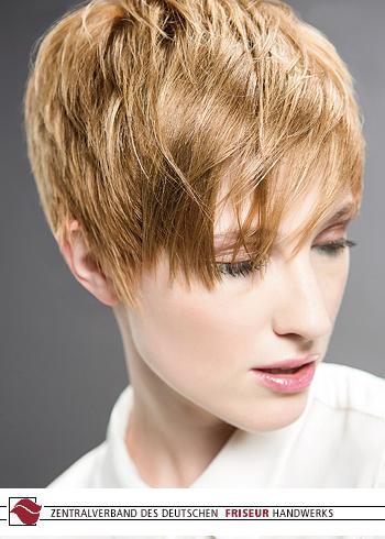 Krátký rovný blond účes s ofinou
